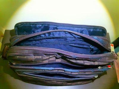 多夾層側背包