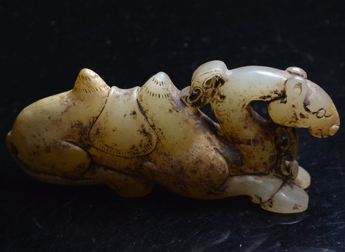 [天地居] 漢 帶沁和闐白玉駱駝 局部鈣化質變