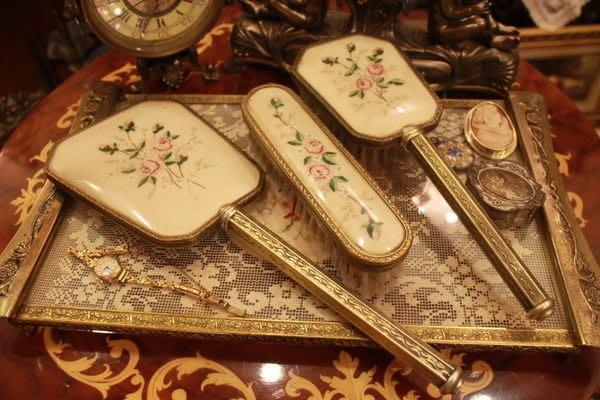 【家與收藏】賠售特價稀有珍藏歐洲古董英國古典優雅精緻花卉刺繡銅浮雕仕女手妝鏡梳