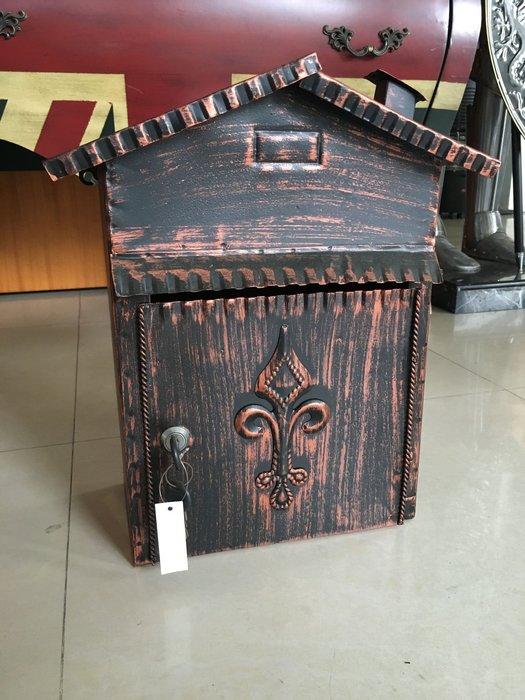 【布拉格歐風傢俱】法式鄉村風古銅色復古雕花壁掛式鐵皮信箱 收納 禮物 入厝 展示