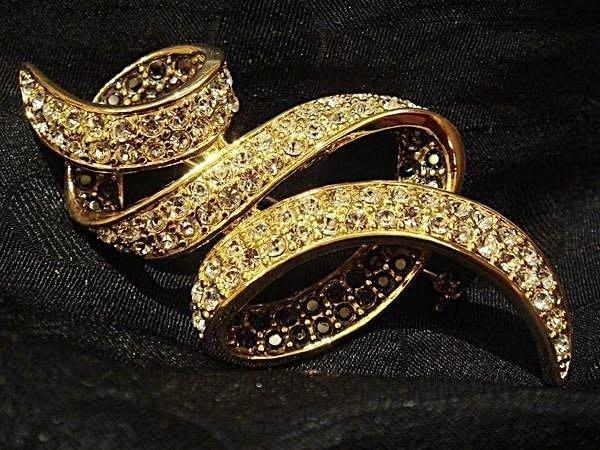 全新黃金絲帶設計款水晶別針胸針,鑲 Swarovski 水晶,附包裝盒,母親節情人節生日最佳贈禮!低價起標無底價!免運費