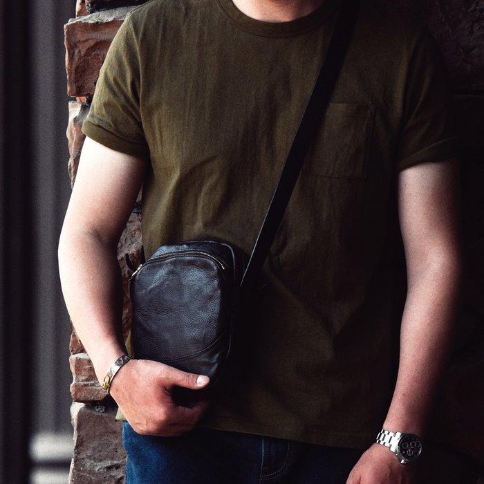 ~皮皮創~原創設計手作包。頭層植鞣牛皮斜背包褶皺牛皮單肩背包隨身小背包手機包