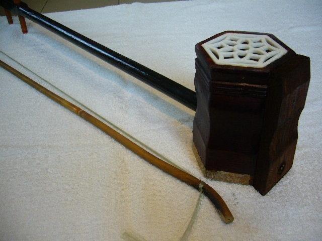 二胡(2)~~圓形竹製音箱~~有缺件~~需自行修理或當零件用
