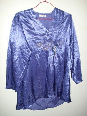 潮流帥衣韓風蔚藍色絲質金屬光澤 美胸V領蕾絲結 專櫃貴婦睡衣衣長72公分薄字櫃