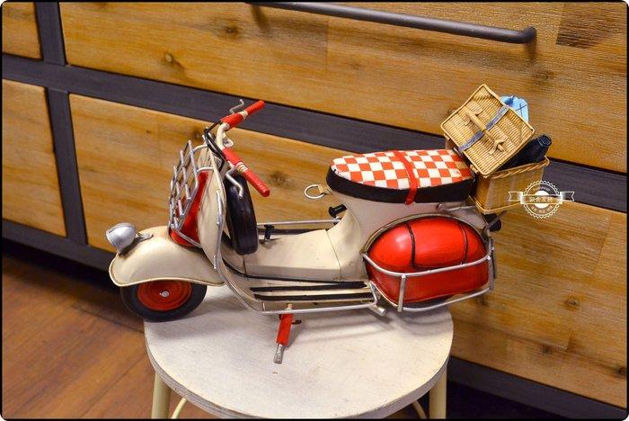 偉士牌摩托車紅格子VESPA MP6老偉 野餐籃復古手工鐵皮模型速克達老爺車重機比雅久擺飾工藝品收藏 【【歐舍家飾】】