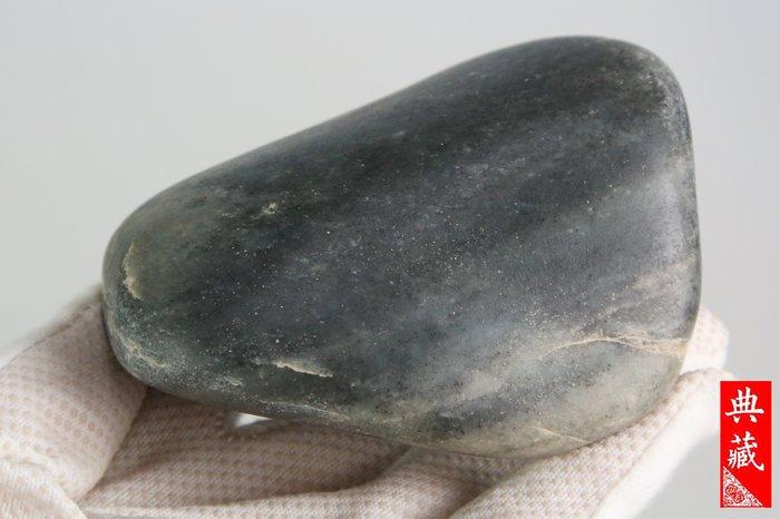 {典藏}正宗新疆和闐玉籽料~青花~型很漂亮的原石(675公克)~(驚喜價)