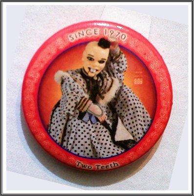 (古早收藏)【牟根禪修室-160213】早期 復古布袋戲胸針---二齒