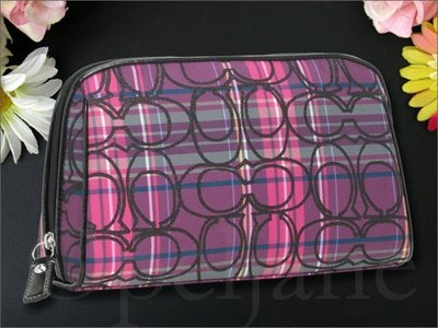 全新真品 Coach 44134 Cosmetic Case 紫色格紋織布真皮邊拉鍊大款化妝包手拿包 愛Coach包包