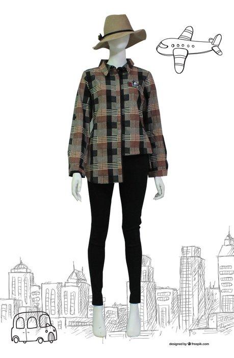 【  BETTY des BETTY 】貝蒂秋冬品牌服飾特賣~方格紋貝蒂圖徽側邊搭扣立領襯衫   NO.BW19162