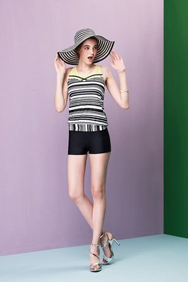 ~ APPLE  ~蘋果牌泳裝降價↘ ~大女黑白橫條搭鵝黃長版二件式泳衣 附泳帽  NO.107439