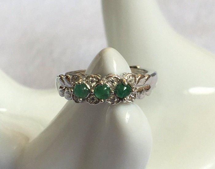 珍奇翡翠珠寶首飾-戒指系列-天然無燒頂級祖母綠排戒,濃郁美色搭配925銀k金戒台,色綠嬌豔,高雅大方,活動女戒圍