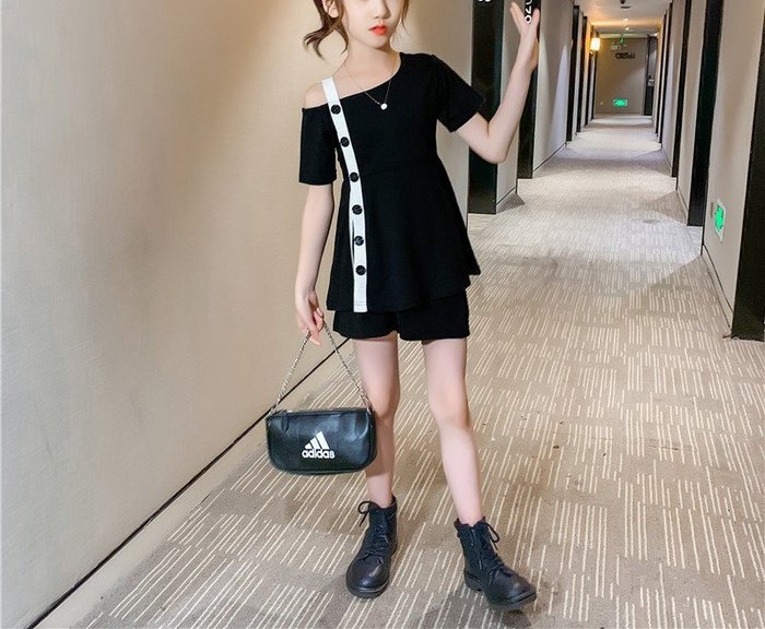 [C.M.平價精品館]100~160/時尚俏麗一衣多穿單邊肩帶黑白系短袖上衣+短褲二件式套裝  小童/中大童