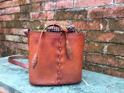 皮革材料包-束口小斜包  植鞣革或較硬挺 皮革手縫材料包   原皮色/咖啡色可選擇