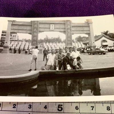 ㊣台灣意象*旗艦店㊣高雄澄清湖前合影老汽車5、60年前0701