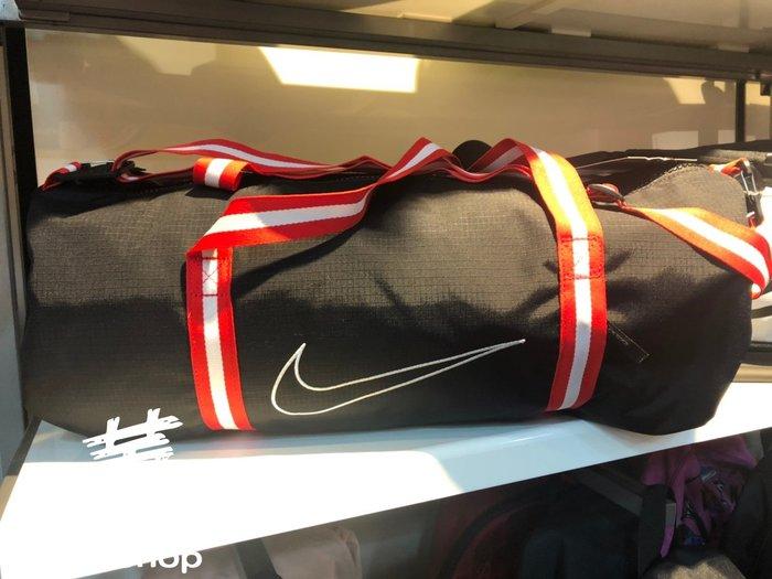 [飛董] NIKE HERITAGE 籃球 圓桶包 健身袋 行李袋 手提袋 側背包 斜背包 CK4973-010