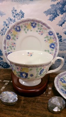 日本製雅緻小花骨瓷咖啡杯盤:日本製 咖啡杯 骨瓷杯 餐具 居家 家飾 設計收藏 禮品
