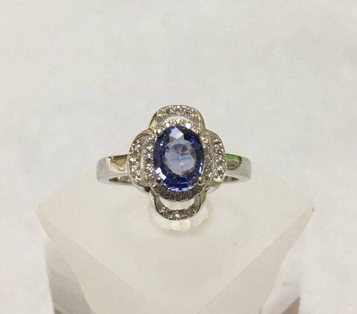 珍奇翡翠珠寶首飾-天然無燒矢車菊藍藍寶石1.21克拉。濃郁鮮豔。乾淨放閃。收藏緬甸產。搭配銀白K金氣質美戒。送台大證書