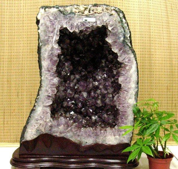 小風鈴~天然巴西土型紫晶洞~重59.7kg 洞深13公分.火光亮.納財最佳品!附贈底座!