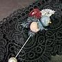 蕾絲花朵搭配珍珠  優雅別緻具歐風氣質一字別針