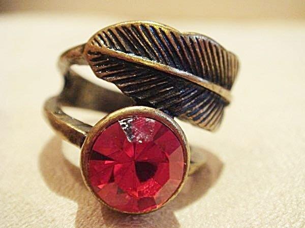 歐美品牌,全新從未戴過捷克紅水鑽閃亮復古葉子戒指,低價起標無底價!本商品免運費!