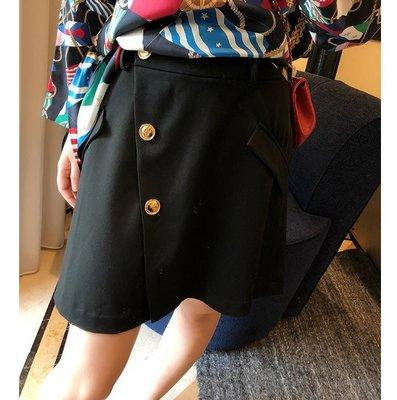 《巴黎拜金女》斜襟A擺的設計小黑半身裙
