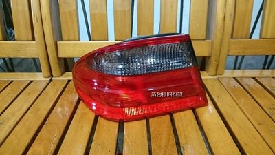 賓士 W210-99-02 全新 紅黑 外側尾燈 一顆950