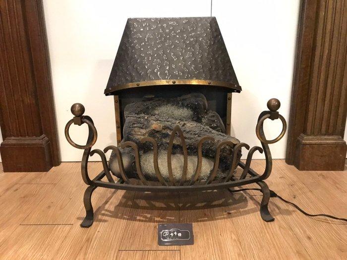 【卡卡頌 歐洲跳蚤市場/歐洲古董】※活動特價※法國老件 逼真 手工鍛造 銅環飾條  戴帽炭火壁爐(可點燈)ss0169✬