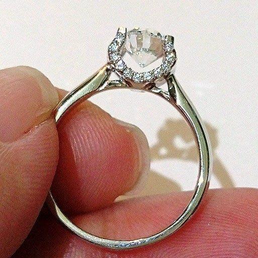 鑽戒1克拉特價新款圓夢鑽石百年經典卡家牛頭微鑲碎鑽超美鉑金真鑽質感  肉眼看是真鑽不退色極光仿真鑽石  ZB鑽寶
