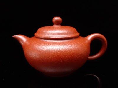 名家精緻手拉朱泥茶壺,潮州手拉壺大師謝華之子,謝思博手拉潮韵壺,約120cc。 明德園朱泥 ,品質絕佳保證。