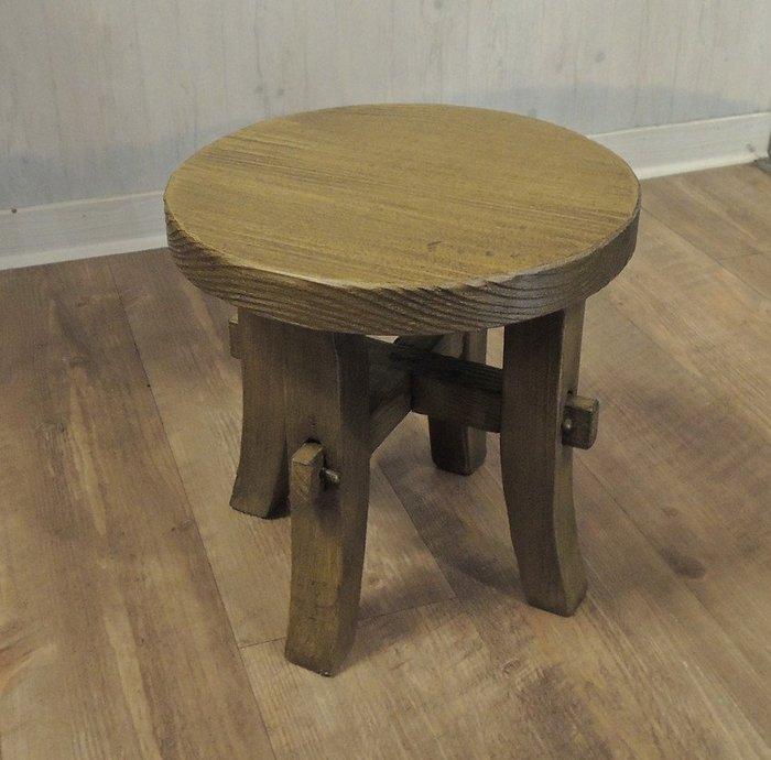 古趣南方松中型小圓凳 小板凳 矮凳 小椅子 穿鞋椅 穿鞋高度適中 用料厚實 椅面3公分厚 紋理有層次 堅韌 耐磨 耐潮