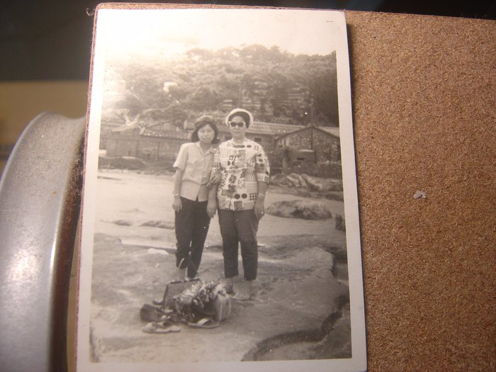 二手_早期60年代黑白老照片河邊玩水戴帽脫鞋墨鏡二女人,背景老式平房_免郵