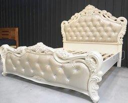 【DH】商品名稱《曼達》5尺烤漆實木雕花皮革水晶扣床台(圖一)備有六尺可選.床頭櫃另計.主要地區免運費