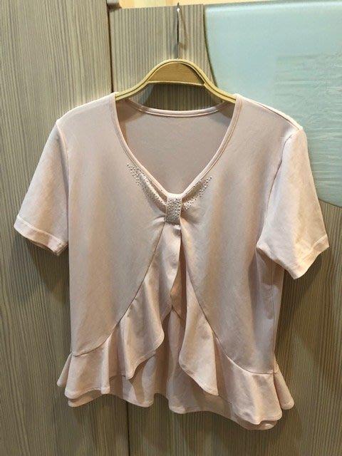 小花別針、粉色短袖上衣