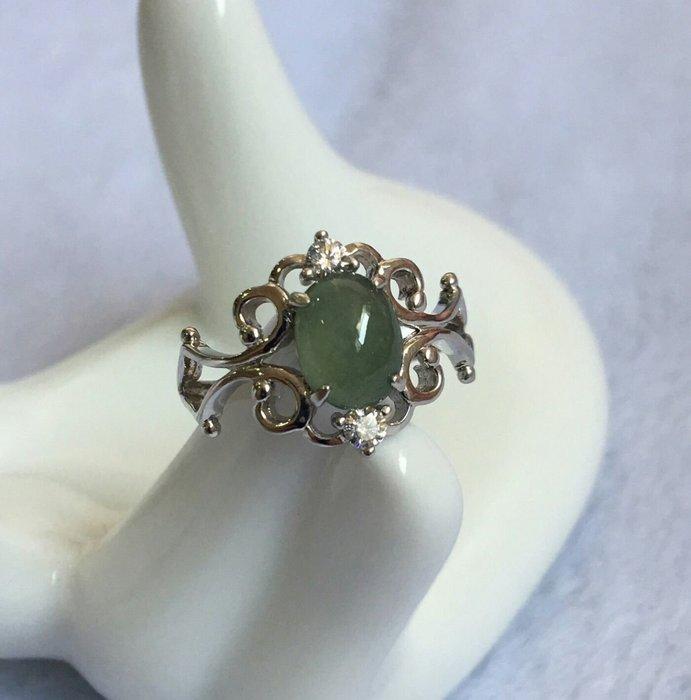珍奇翡翠珠寶飾品-戒指系列-冰飽水起光翡翠戒指。搭配925銀白k設計感十足戒台。高雅迷人(活圍戒台)