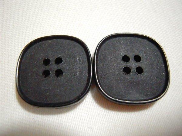 ※布箱子※ 縫紉拼布手作配件~扣子.鈕扣.釦子(DT190)~四孔~16*16mm~剩最後7個