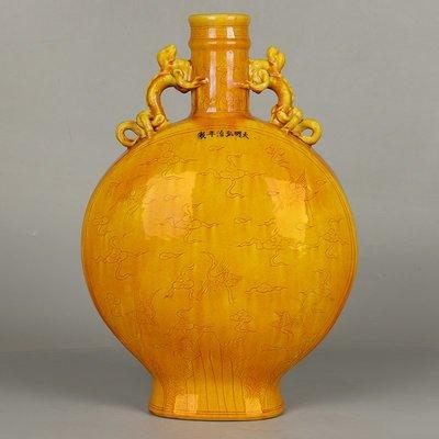 ㊣三顧茅廬㊣  大明弘治年制款黃釉雕雲鶴紋祝壽寶月抱月瓶  古瓷器舊收藏擺件