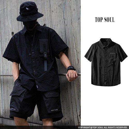 暗黑 機能 山系 單邊立體掀蓋扣環設計短袖襯衫.TOP SOUL【BTY2230】