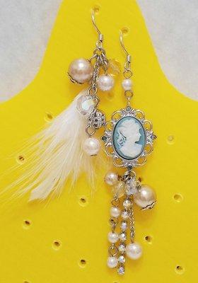 【lah】(手工製)女王頭珍珠羽毛不對稱耳環(僅剩1副)(全新)