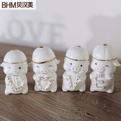 【優上精品】家居家房間臥室裝飾品卡通陶瓷家庭可愛love情侶豬擺件(Z-P3275)