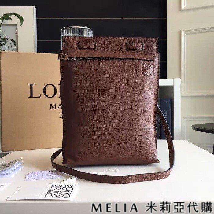 Melia 米莉亞代購 美國精品代購 LOEWE 羅意威 男式款 斜背包 郵差包 拉鍊閉合 體積小 大容量 棕色