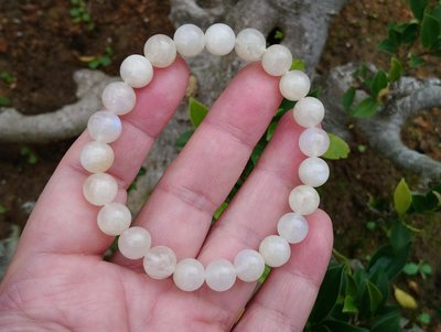 簡單Simple。現貨。10837號 純天然斯里蘭卡冰種奶油體藍月光石圓珠。手珠手鍊。低價促銷。