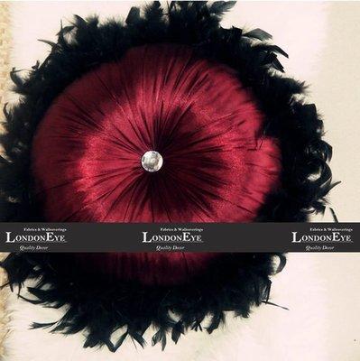 【 LondonEYE 】精品大牌CASA 奢華絲光貢緞X經典歐式水晶拉扣抱枕X華麗羽毛裝飾 豪宅(含芯)-S