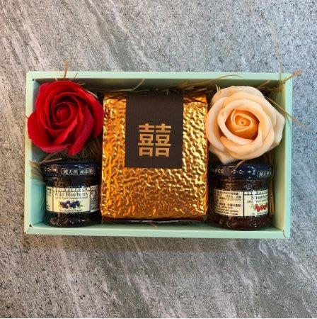 LoverQ 精選禮盒 苗栗好運稻米200g + 法國St.Dalfour果醬 + 2入玫瑰香氛花2朵 附提袋 紅包回禮