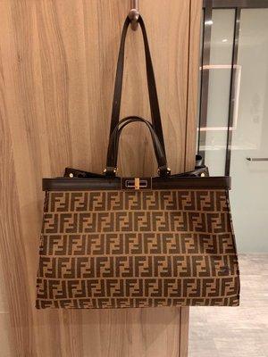 芬迪真皮購物袋手提包Fendi 周年之際 eekaboo 系列誕生了 也順理成章地成為了殿堂級獻禮 eekaboo 在英文中A66507