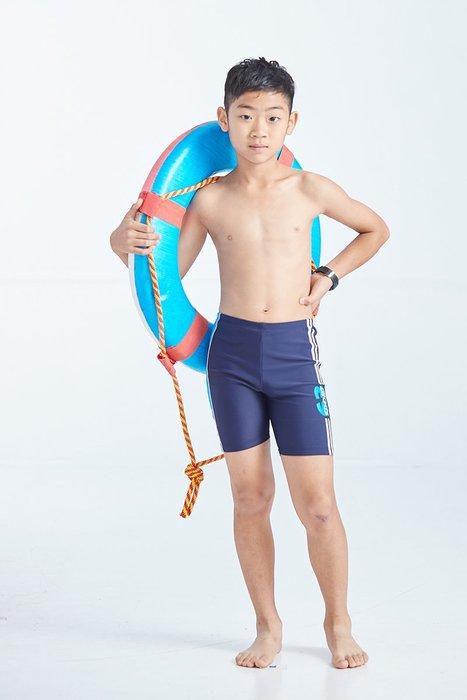 【  APPLE   】蘋果牌泳裝降價↘特賣~男童丈青配藍條63印字馬褲    NO.108209