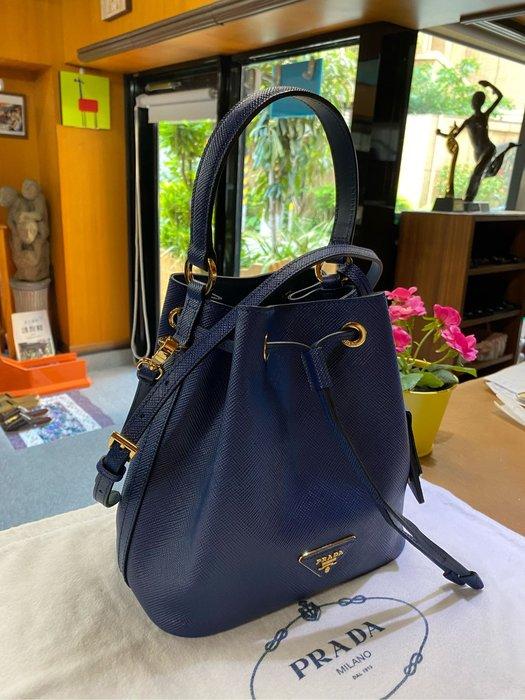 美麗堡outlet精品 Prada 1BE032 saffiano皮革水桶包 手提/肩背二用包 藍色【現貨】