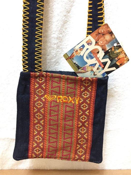 [變身館日本服飾]~ROXY~QUIKSILVER~小包~斜背包~隨身包~刺繡~民族風~日本購入~全新正版~現品