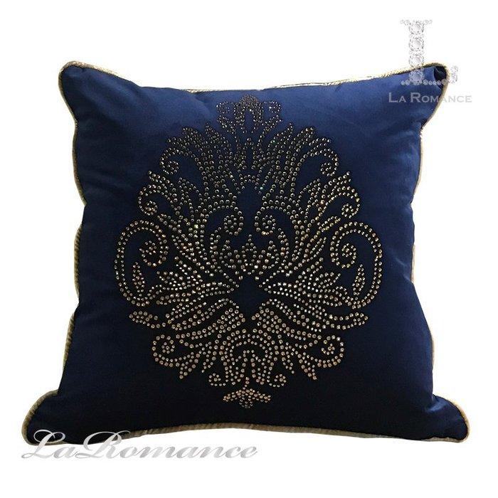 【芮洛蔓 La Romance】干邑色水鑽圖騰寶藍絨布抱枕