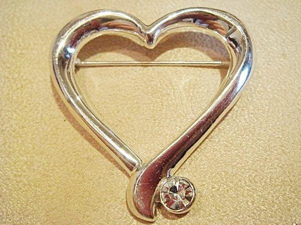 賣家珍藏,全新美國帶回心型花型別針胸針,非常美的飾品。低價起標無底價!本商品免運費!
