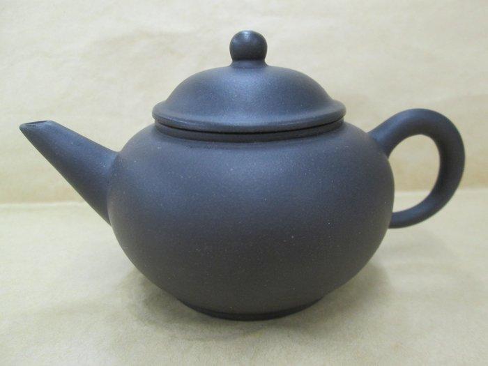 《福爾摩沙綠工場》早期黑泥-標準壺,底款:中國宜興,容量約150cc,單孔出水,特價1250。